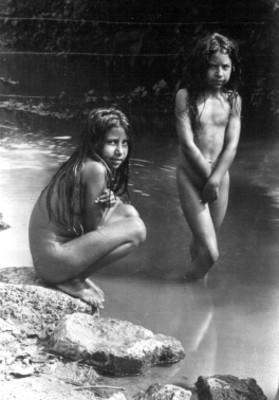 Niñas Desnudas En Un Río Retrato Instituto Nacional De