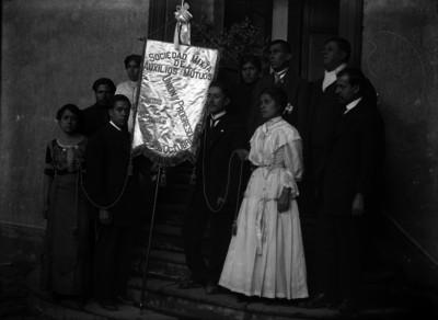 Integrantes de la Sociedad Mixta de Auxilios Mutuos Unión y Progreso, retrato de grupo