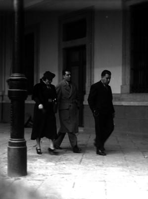 Agentes del ministerio público acompañando a una mujer