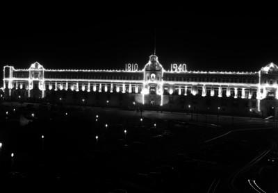 Palacio Nacional y Zócalo, iluminados durante los festejos del 16 de septiembre, vista nocturna