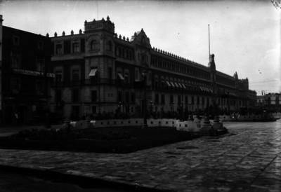 Palacio Nacional frente al zócalo de la ciudad de México, vista general