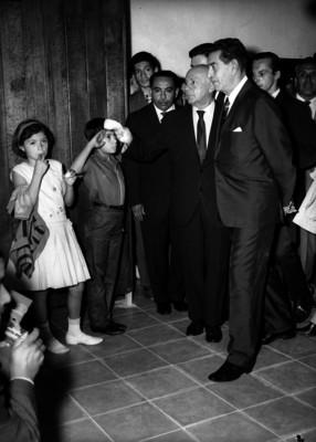 Adolfo López Mateos acompañado de funcionarios visitando la escuela de Tepoztlán