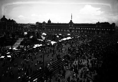 Palacio Nacional y plaza de la Constitución, durante una conmemoración Nacional