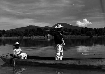 Hombres abordo de una canoa en el lago de Pátzcuaro