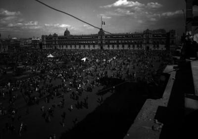 Gente reunida en la Plaza de la Constitución, frente a Palacio Nacional