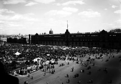 Gente con pancartas frente a Palacio Nacional