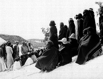 Hombres y mujeres reunidos con tarahumaras