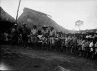 Indígenas pantelhó y finqueros en un poblado de Chiapas