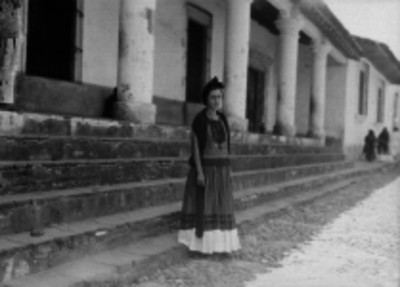 Mujer cuicateca en una calle, retrato