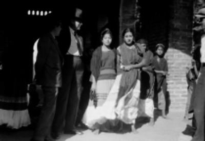 Hombres acompañados de mujeres mazatecas y zapotecas