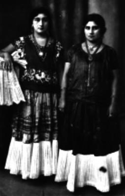 Mujeres tehuanas vestidas con trajes tipicos, retrato de grupo