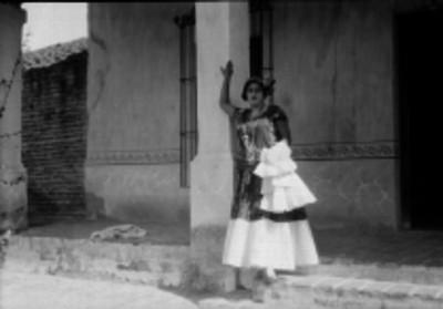 Mujer tehuana recargada en una columna, retrato