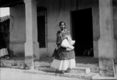 Mujer tehuana en la entrada de una casa, retrato