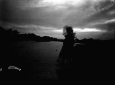 Mujer tehuana en una playa