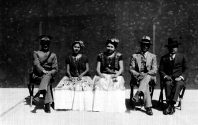 Mujeres zapotecas acompañadas de mestizos y militar
