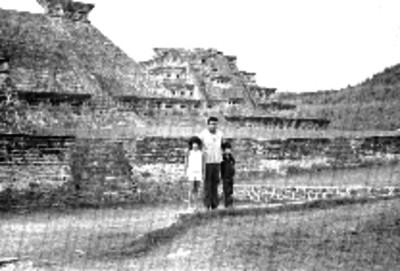 Hombre y niños en la zona arqueológica de Tajín
