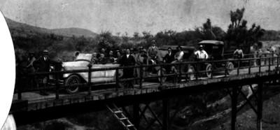 Gente sobre un puente