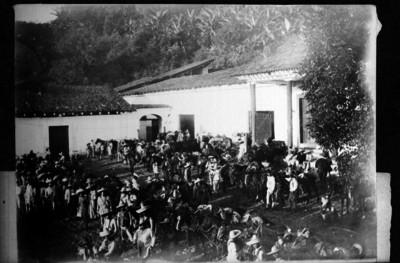 Tropas zapatistas en el casco de una hacienda, reprografía