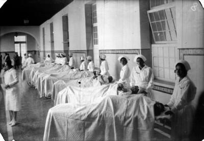 Enfermeras atienden a enfermos en la sala de recuperación de un hospital