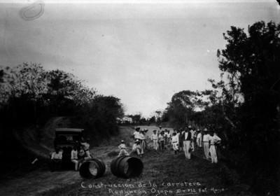 Hombres en la construcción de un tramo de la carretera Acayucan-Ojapa
