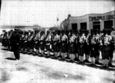 Militares pasando revista a soldados en una calle