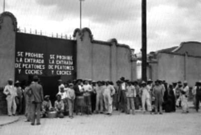 Trabajadores y obreros de una fabrica en huelga