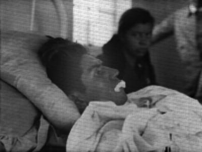 Hombre herido recostado en la cama de un hospital