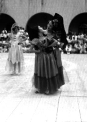 Mujeres representando una danza española