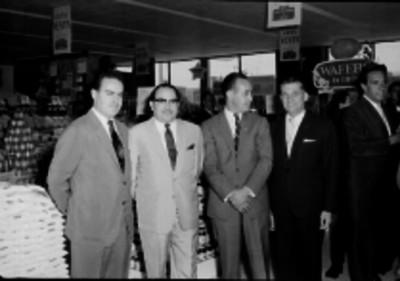 Empresarios en la inauguración de un supermercado, retrato de grupo