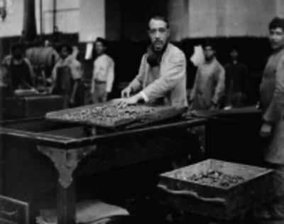 Obreros laboran en una casa de moneda