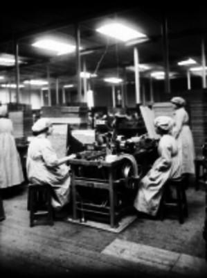 Mujeres trabajan en la fábrica de cigarros El Buen Tono