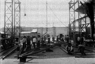 Hombres trabajando en una construcción de hierro