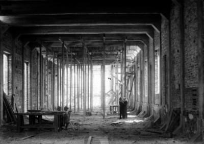 Hombre y niños en una construcción