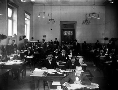 Empleados trabajando en archivo público