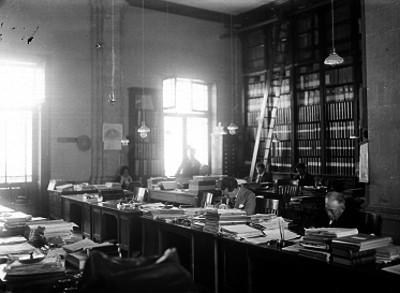 Empleados trabajando en un archivo público