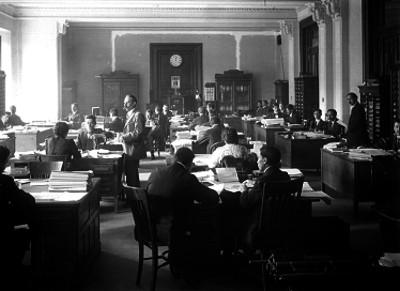 Empleados y secretarias trabajando en una oficina