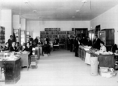 Empleados laborando en una oficina de la Secretaría de Hacienda