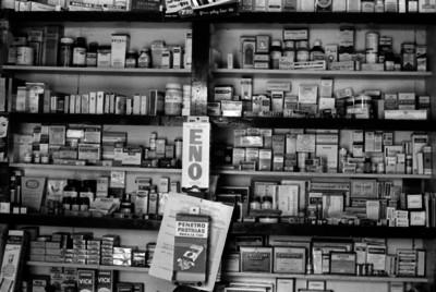 Anaqueles con medicamentos en una botica