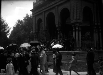 Gente bajando del kiosco Mudejar, en la Alameda Central