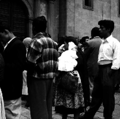 Gente formada en el atrio de la Catedral de la ciudad de México