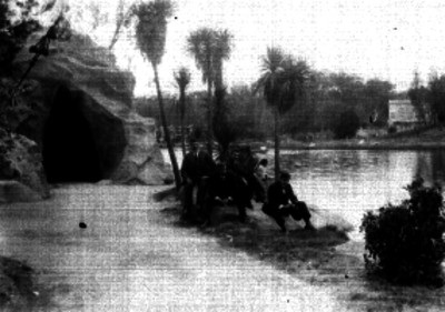 Hombres sentados a un costado del Lago de Chapultepec