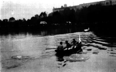 Hombres a bordo de una lancha durante una competencia, en el Lago de Chapultepec