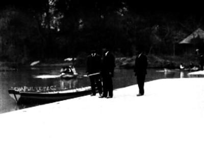Gente en el embarcadero de Chapultepec
