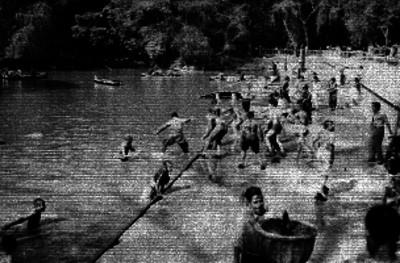 Hombres metiéndose en el Lago de Chapultepec