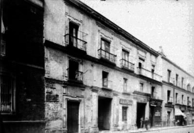 Edificio comercial en una calle de la ciudad de México