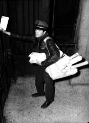 Cartero repartiendo el correo