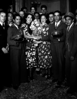 Empleados del servicio postal y mujeres, retrato de grupo