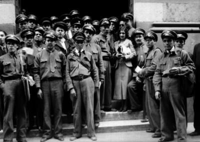 Mujer acompañada por carteros, retrato de grupo
