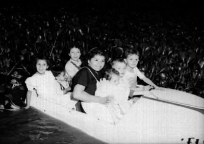 Mujer con sus hijos reman en el lago de Chapultepec