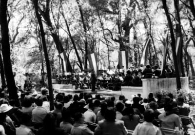 Público escuchando a una sinfonica en el Bosque de Chapultepec